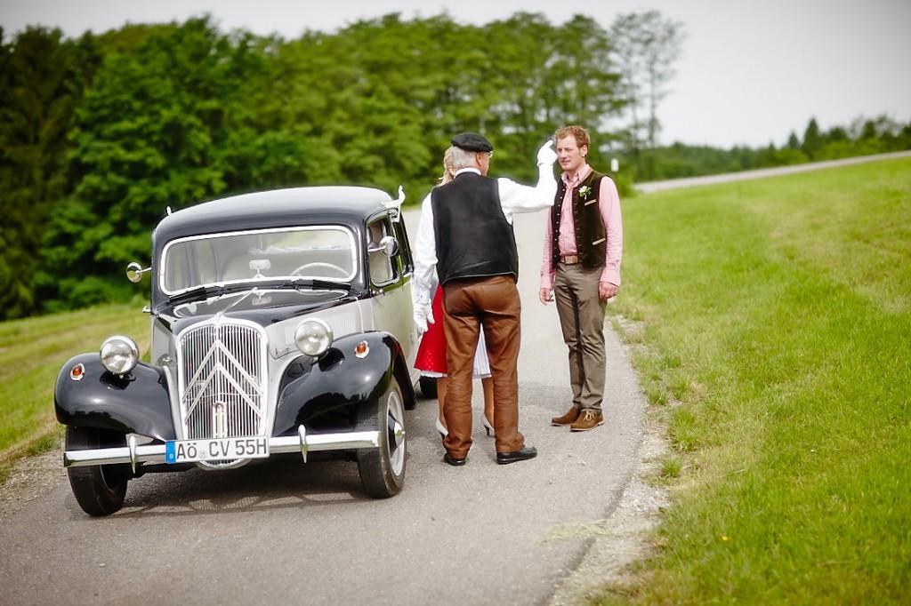 Auf dem Weg zur standesamtlichen Hochzeit von Bettina und Florian.