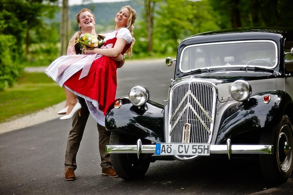 Ein fröhliches Brautpaar vor dem Citroen 11CV.