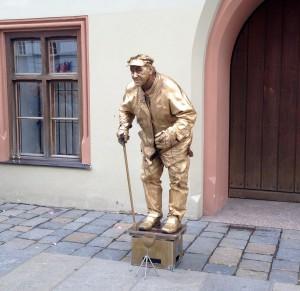Jeder, der die Fußgängerzone von Landshut entlang bummelt, trifft irgendwann auf den Lucki.